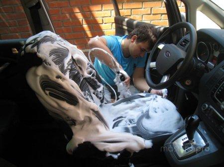 Как выполнить химчистку салона машины в гаражных условиях?
