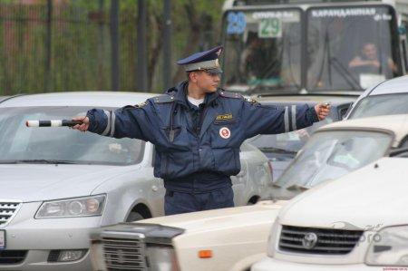 Знаки регулировщика дорожного движения должен понимать каждый водитель