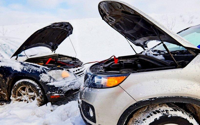 Прикуривание автомобиля в снегу