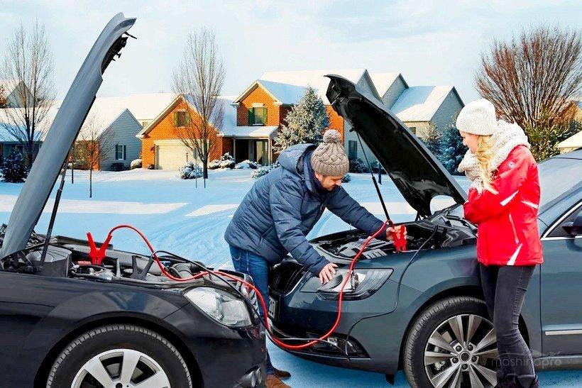 Мужчина помогает женщине прикурить автомобиль