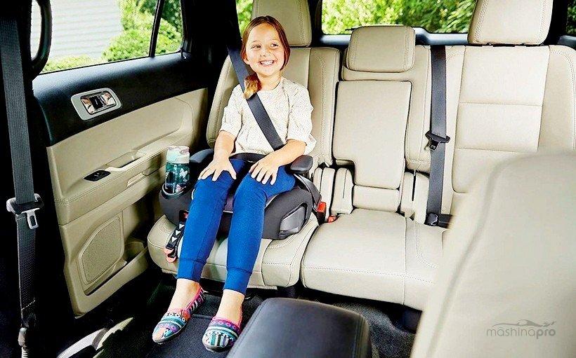 Девочка в автомобильном бустере
