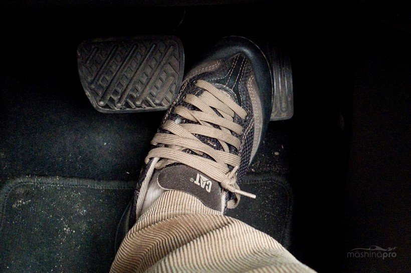 Нога на педали тормоза