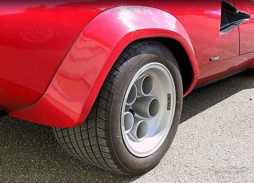 Широкая шина на колесе