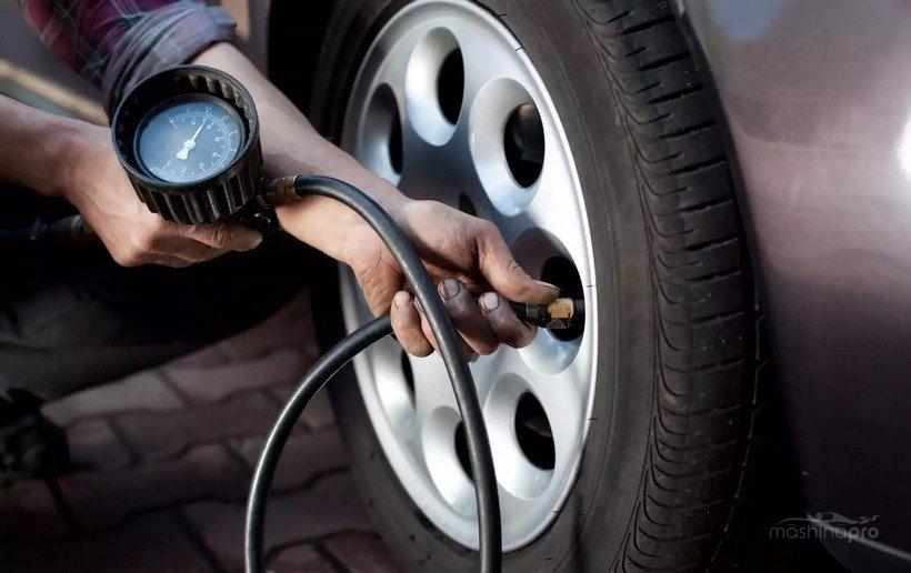 Замер давления в шине манометром