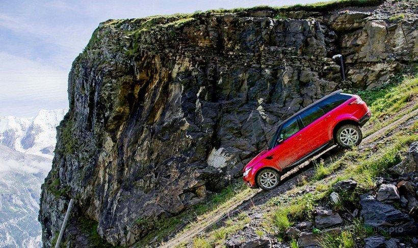 Автомобиль на склоне горы